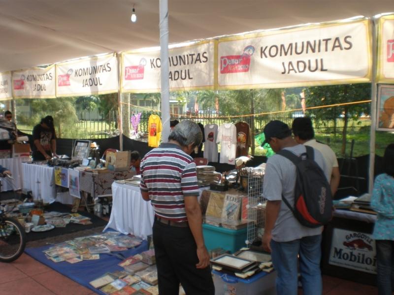 Komunitas Jadul kerap menggelar kegiatan bazaar yang menjajakan barang-barang tempo dulu.