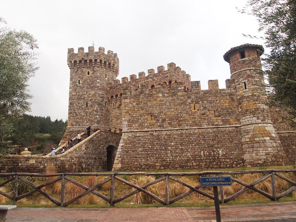 Castello nampak dari luar. Bahan-bahannya diimpor langsung dari Italia.