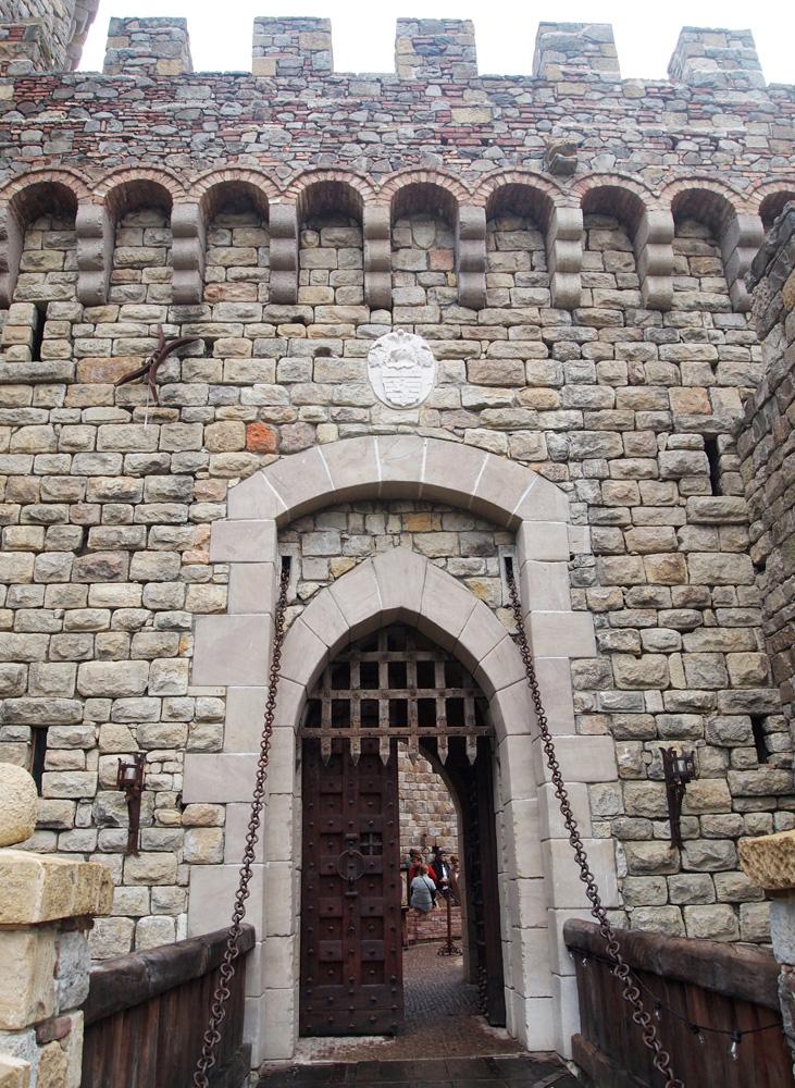 Gerbang Castello yang persis seperti kastel-kastel tua di Eropa.