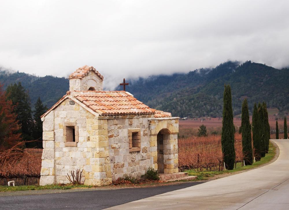 Kapel batu di tepi jalan lengang di kawasan kebun anggur Napa.