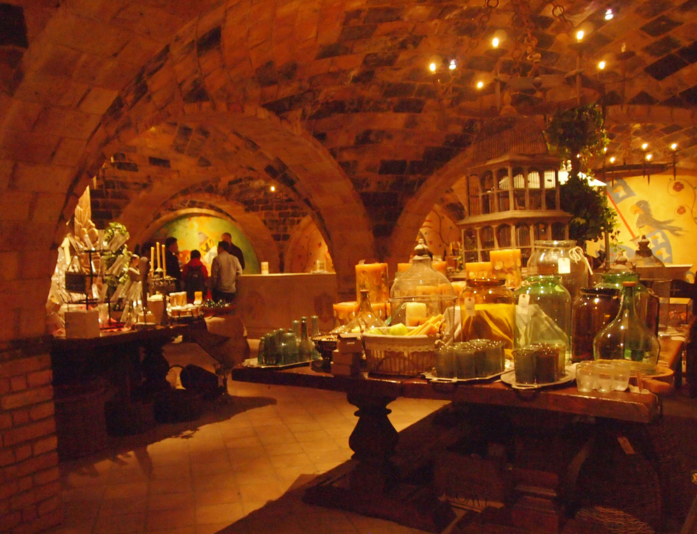 Salah satu sudut Castello.Terdapat gelas dan botol kuno.