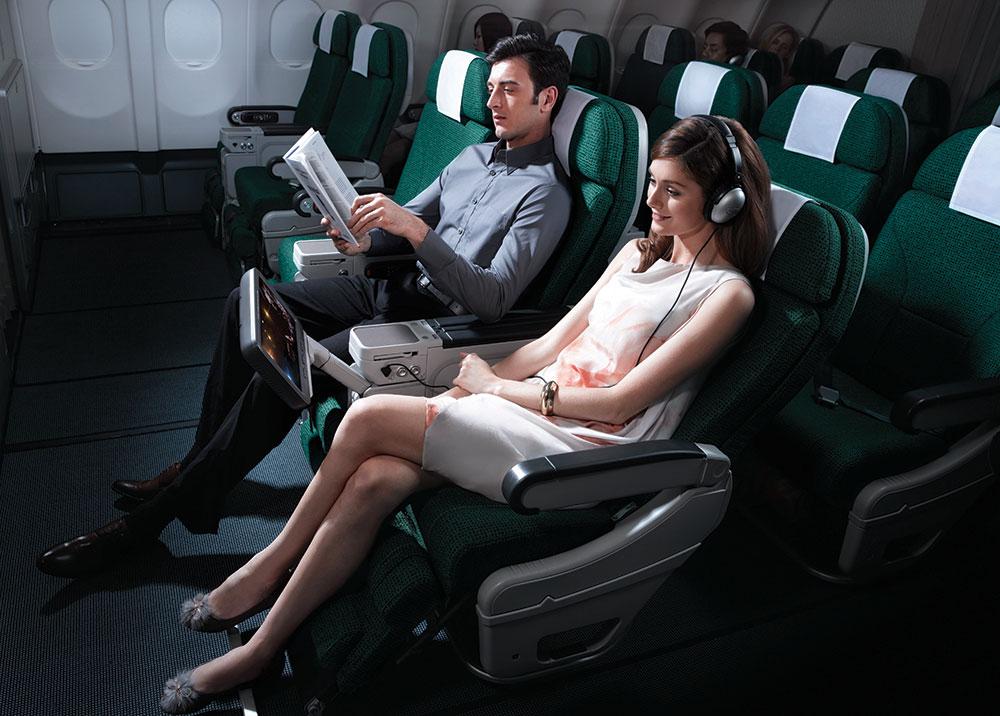 Kabin Premium Economy menawarkan ruang kaki yang lebih luas.
