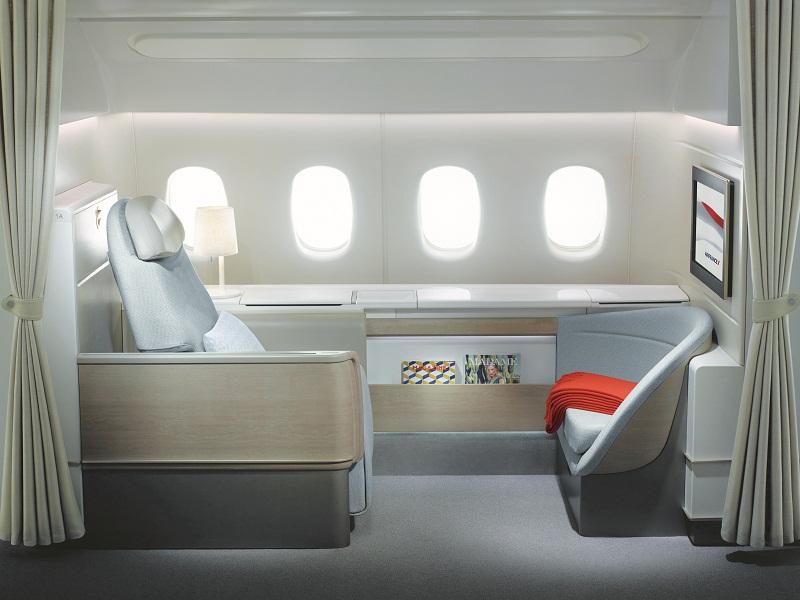 Dalam posisi duduk, sandaran kakinya bisa dipakai penumpang lain untuk duduk sambil mengobrol.