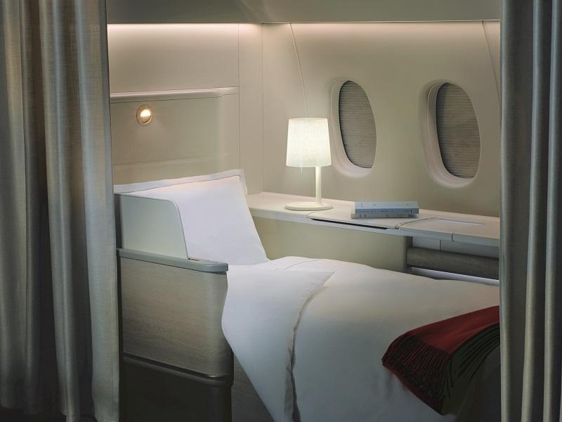 Jendela dapat ditutup secara otomatis dengan tirai yang memisahkan unit dengan lorong.