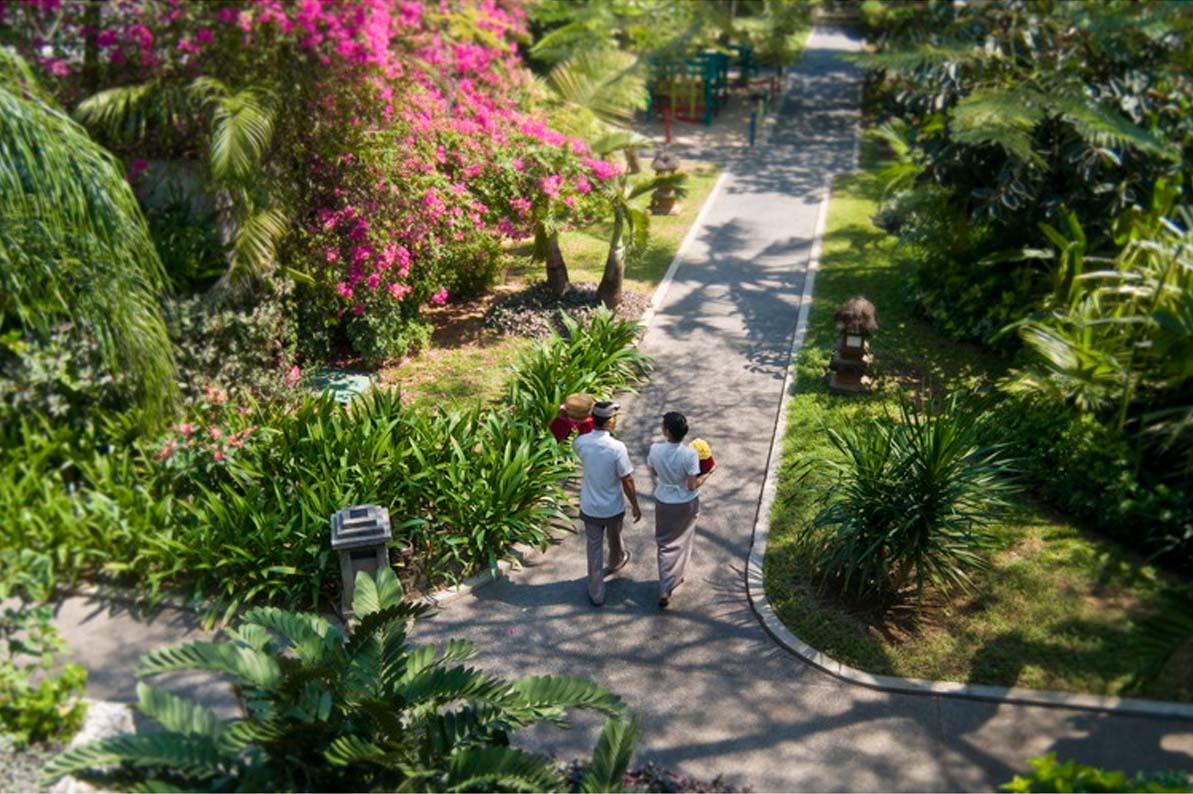 Padma Bali Legian dengan tamannya yang rimbun.