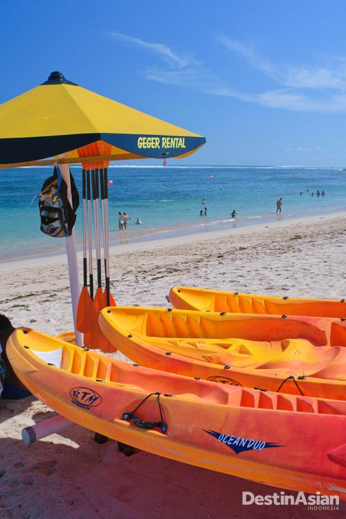 Penyewaan alat bermain air di Pantai Geger.