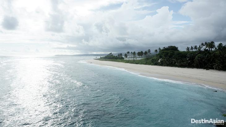 Pantai berpasir cokelat di kawasan Marosi , selatan Sumba.