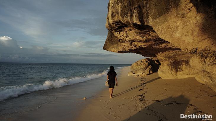 Suasana senja di Pantai Newa, utara Sumba.