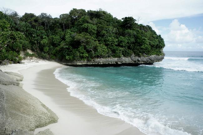 Salah satu pantai tersembunyi dan anonim di daerah Lemboya, selatan Sumba.