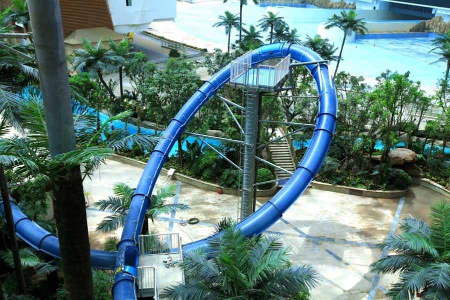 Wahana taman bermain air Paradise Island di dalam New Century Global Center. (Foto oleh White Water West)