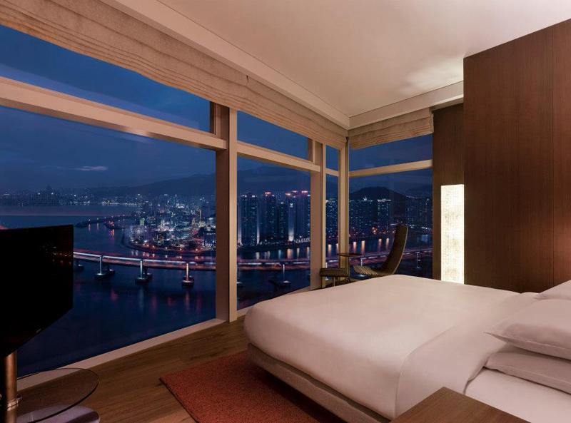 Kamar tipe Park Executive Room dengan sajian lanskap kota Busan.