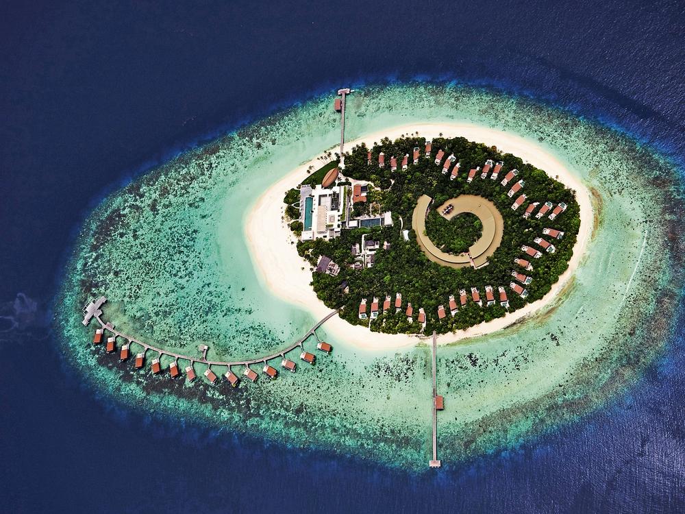 Park Hyatt Maldives Hadahaa sebagian resornya dibangun di atas laut.