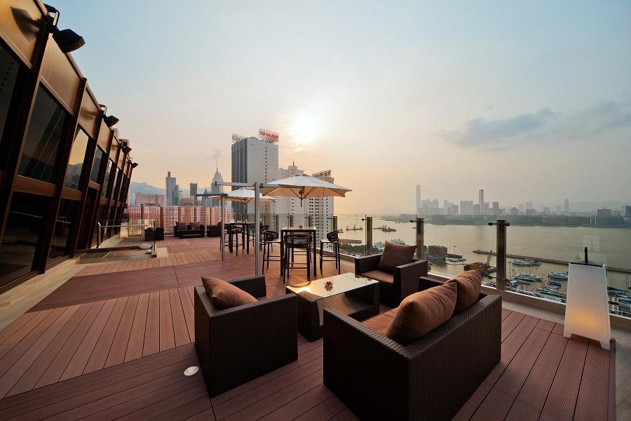 Riva and The Deck, restoran dengan teras yang menyajikan pemandangan perkotaan menakjubkan.
