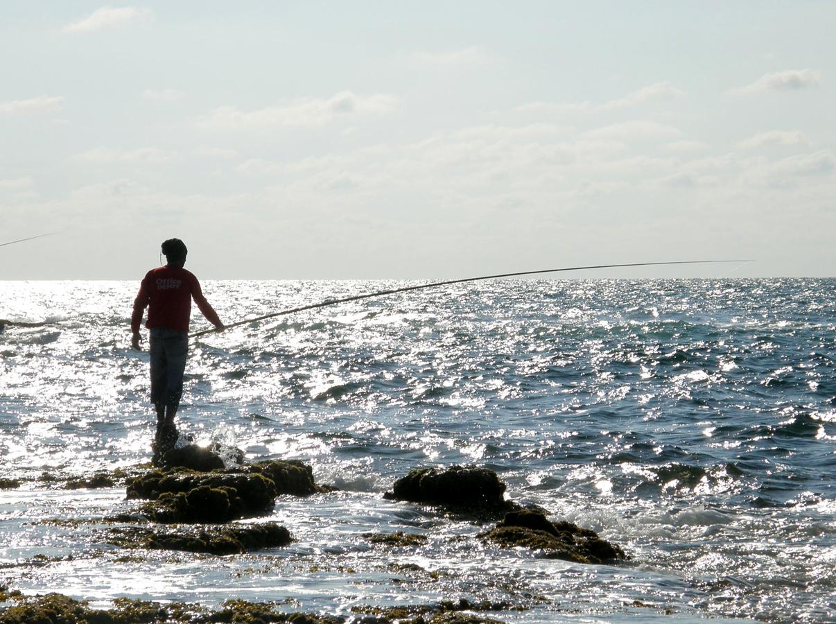 Pemancing di Laut Mediterania.