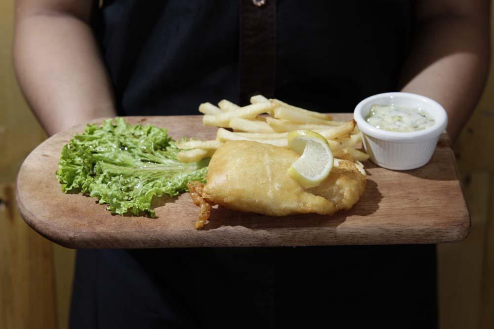 Ikan dori goreng disajikan dengan kentang goreng.