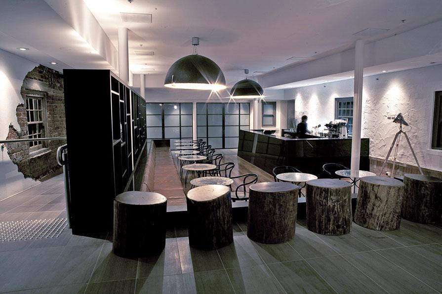 Bar dengan interior yang menarik.