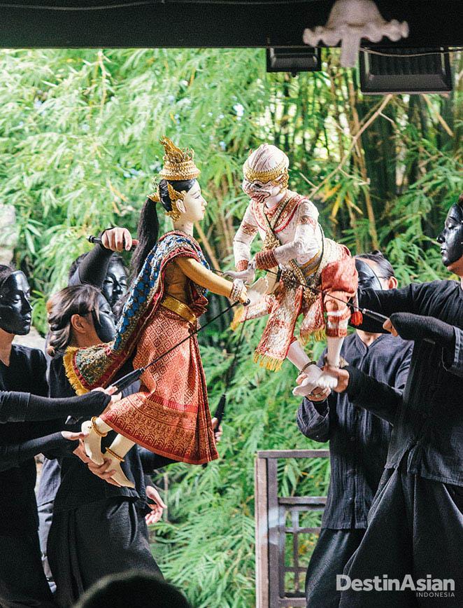 Pertunjukan wayang tradisional di Baan Silapin.