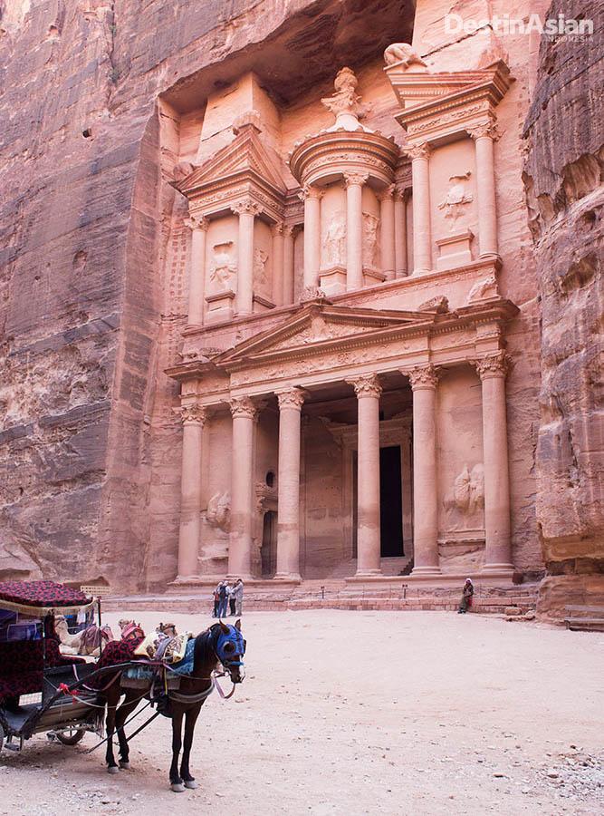 Petra, objek wisata ikonis Yordania dengan sejarah yang panjang.
