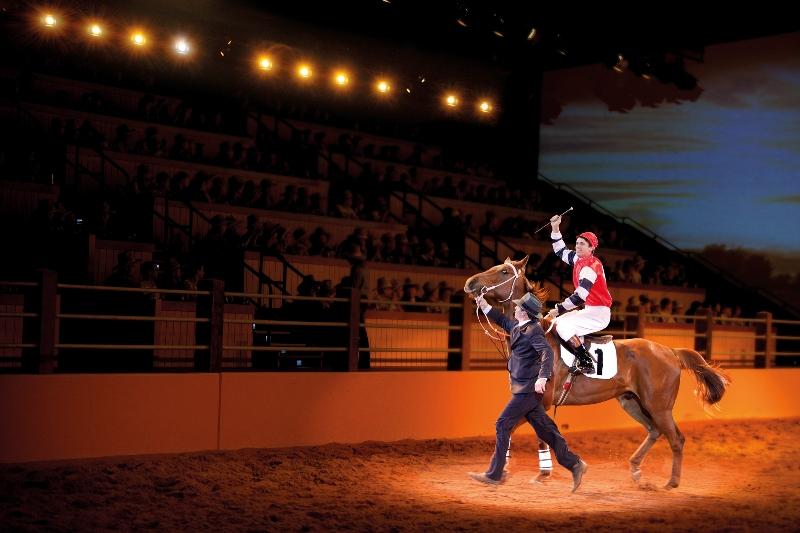 Menikmati pertunjukan tentang kuda legendaris Australia.