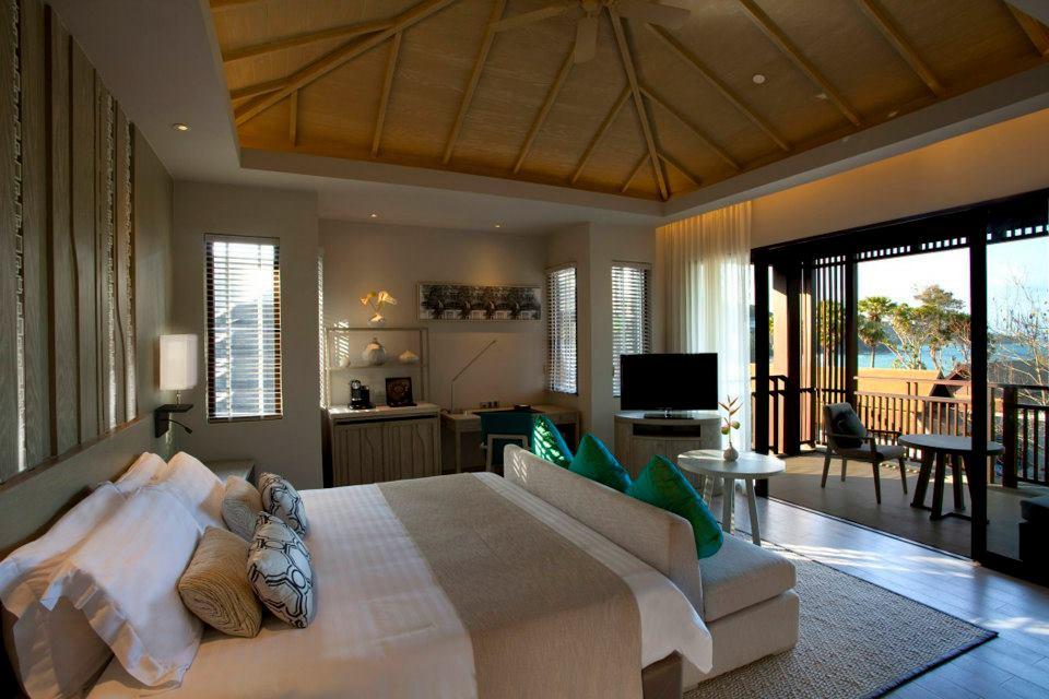 Kamar Deluxe Ocean dengan balkon privat.