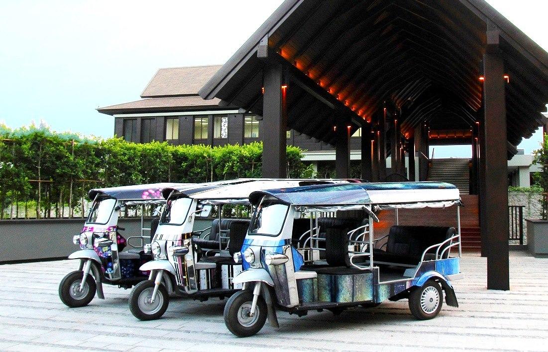 Tuk tuk di depan Pullman Phuket Arcadia.