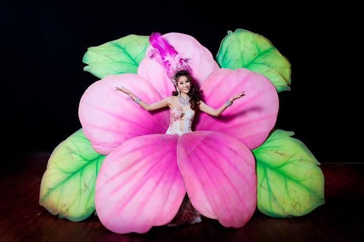 Phuket Simon Cabaret menambilkan tarian-tarian yang dibawakan oleh kaum transgender.