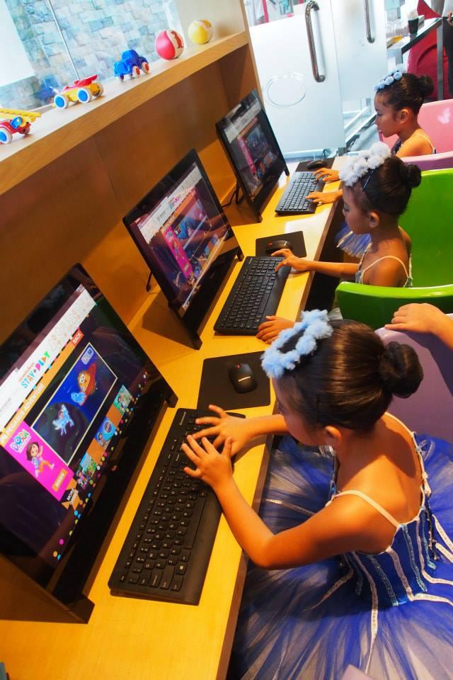 Tiga unit komputer berisi permainan edukatif.