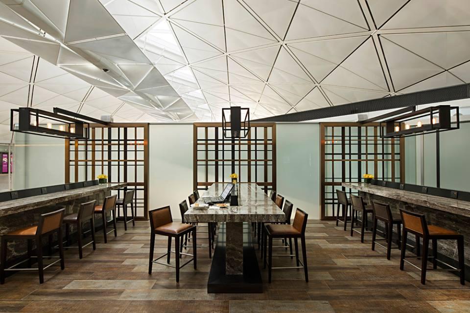 Lounge ini terbagi atas tiga zona: relaksasi, makan, dan kerja.