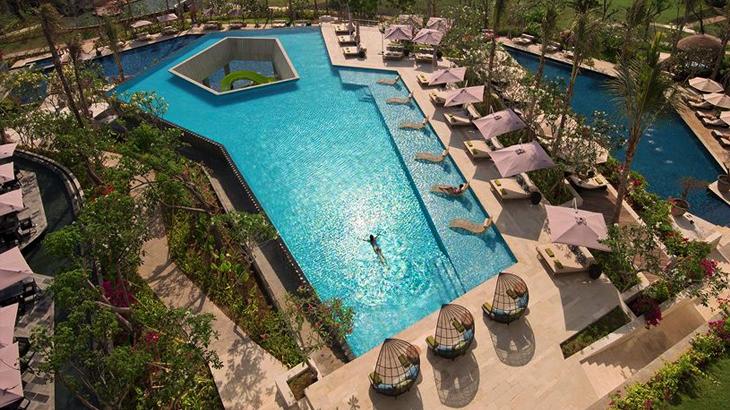 Kolam renang bernuansa tropis tersedia untuk tamu.