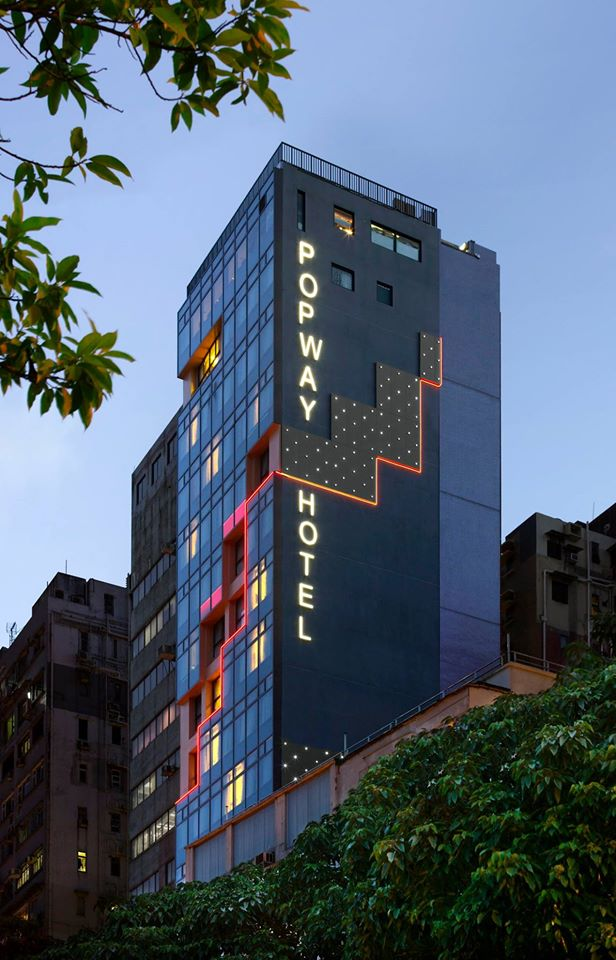 Fasad hotel dengan gaya kontemporer.
