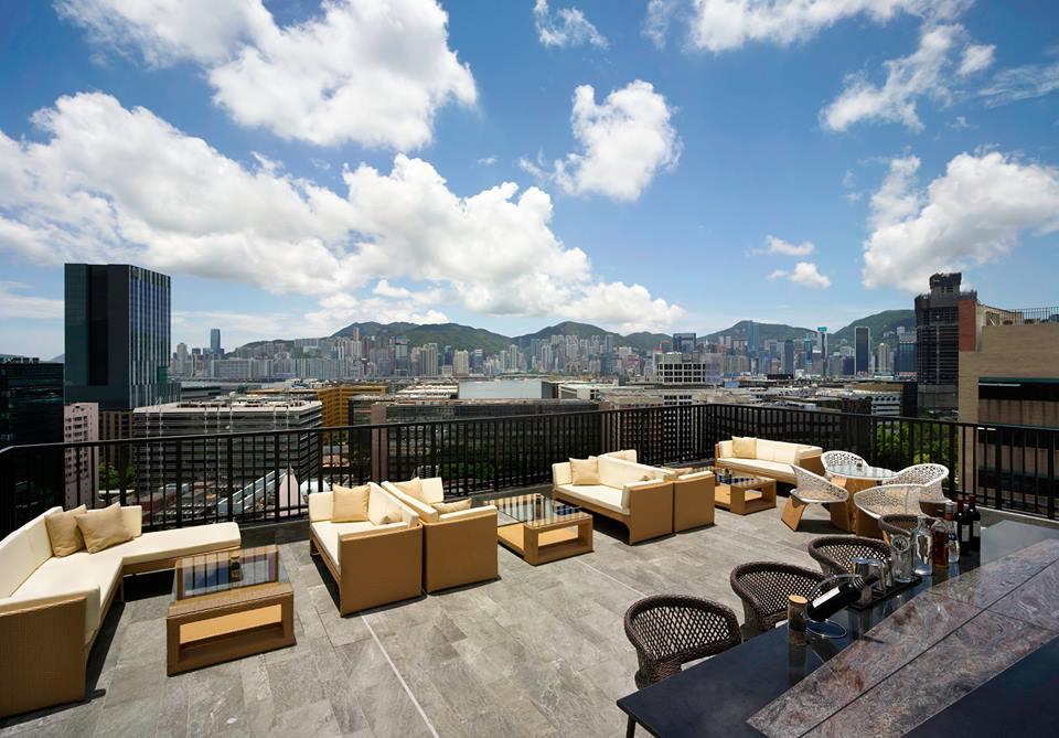SkyDeck Rooftop yang menyajikan pemandangan kota Hong Kong.