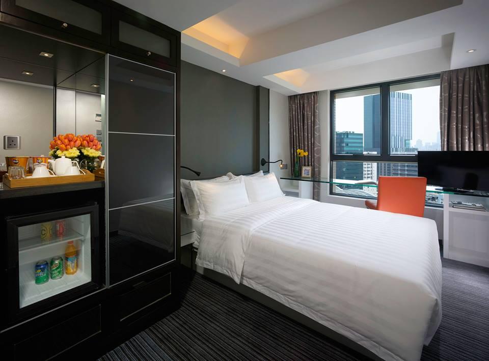 Minibar yang berada di kamar bisa dinikmati secara sonder bayar.