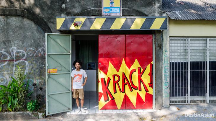 Seniman Prihatmoko Moki di pintu masuk galeri Krack.