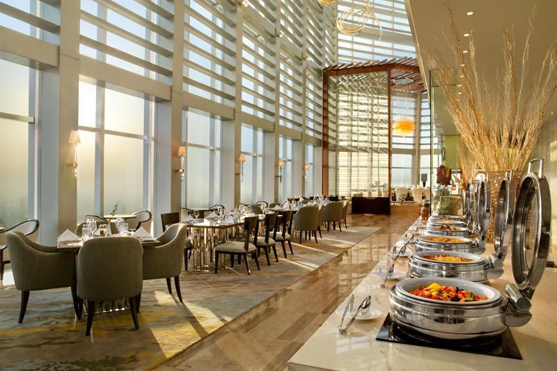 Restoran Elements All-Day Dining dengan pemandangan 360 derajat.