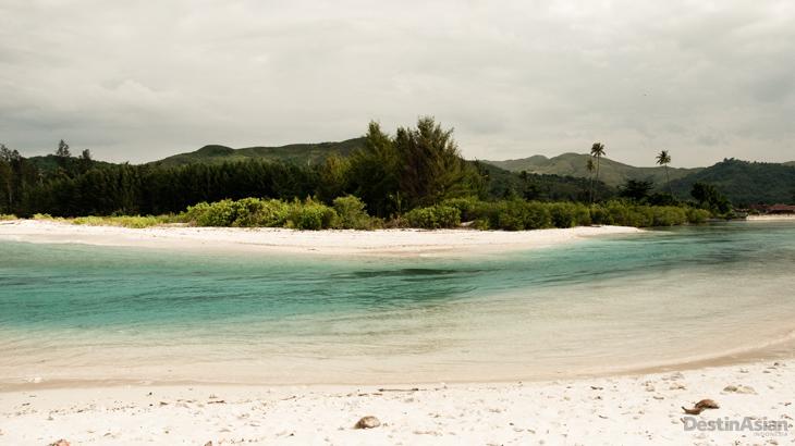 Panorama pantai di Pulau Buru yang indah, tapi wisata belum terlalu digarap di sini.