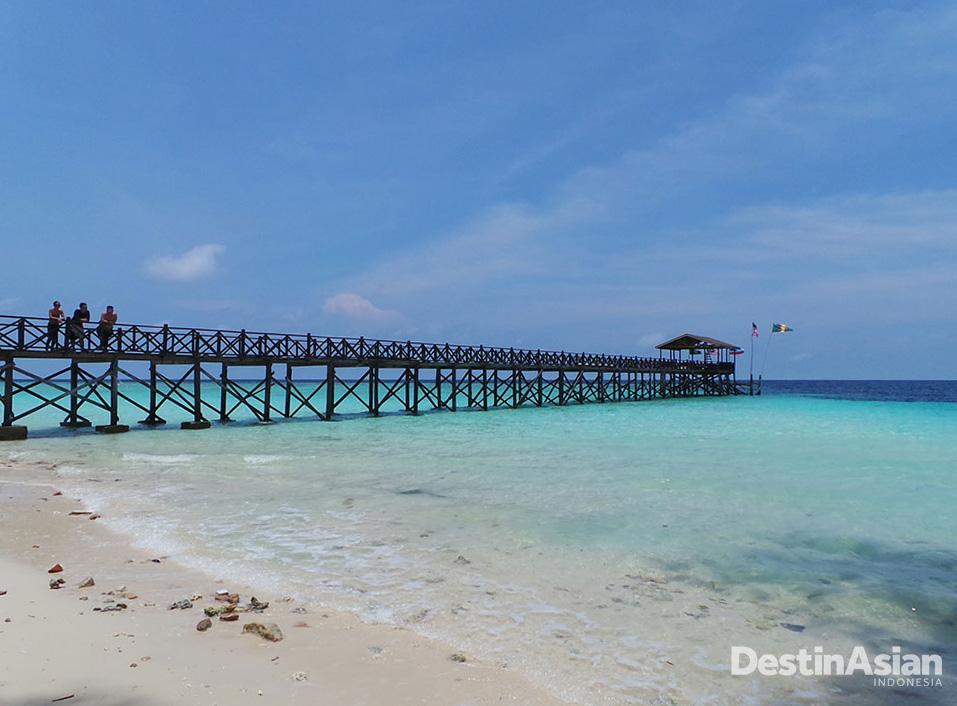 Pantai berpasir putih dan air berwarna turkuois juga menjadi daya tarik tersendiri di Pulau Sipadan.