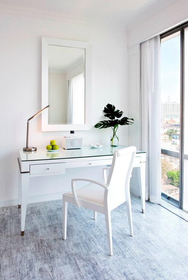 Furnitur di kamar didominasi warna putih.