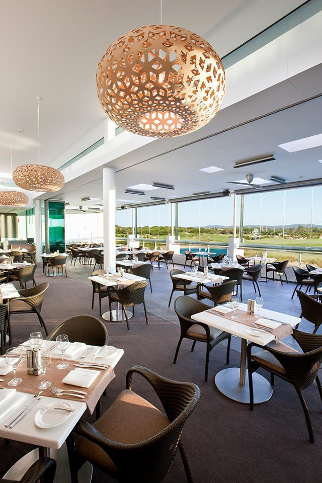 Restoran Barrets dengan pemandangan lapangan golf hijau.