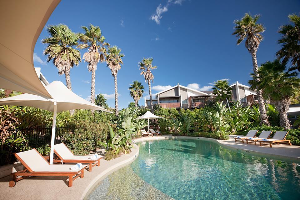 Resor ini menyajikan gaya resor tropis.