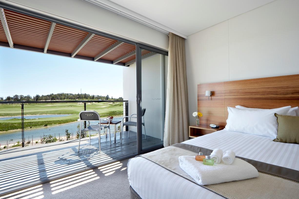 Hampir semua kamarnya dianugerahi pemandangan lapangan golf.