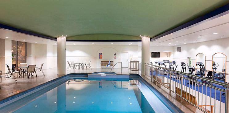 Kolam renang yang menyatu dengan pusat kebugaran.