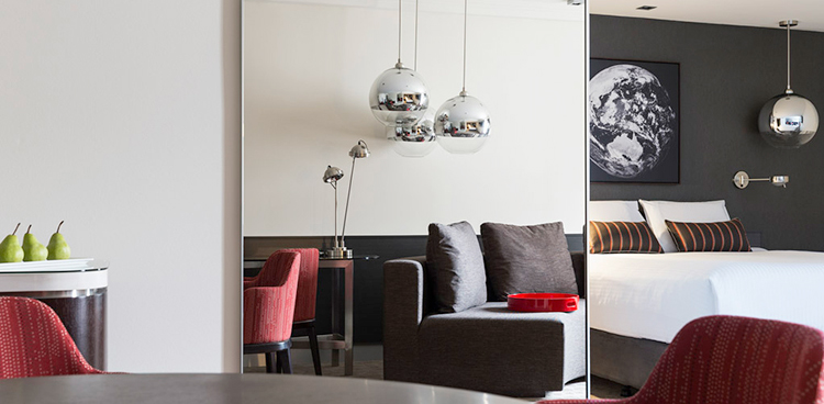 Kamar yang bergaya modern.