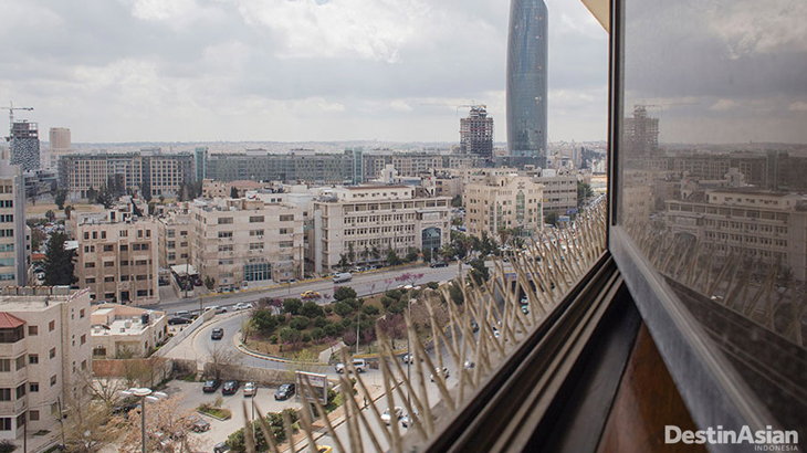 Arsitektur pusat kota Amman cukup modern meskipun terlihat gersang.
