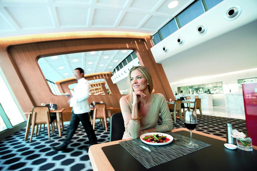 Ruang makan di lounge Qantas yang baru direnovasi.