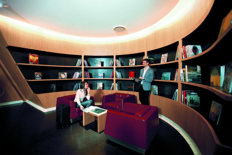 Ruang perpustakaan First Lounge milik Qantas.