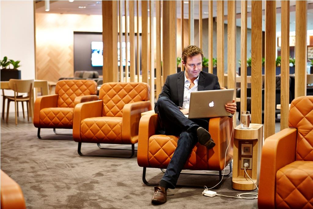 Penumpang yang ingin mengakses lounge Qantas harus berdandan rapi.