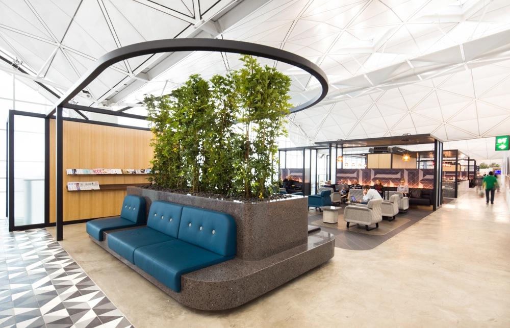 Lounge ini cukup luas dan mampu menampung hingga 300 tamu.