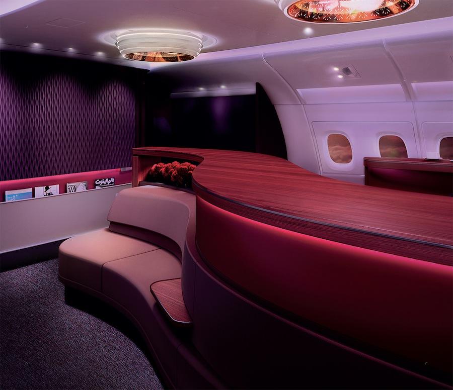Lounge dengan lampu temaram dan ruang yang lega.