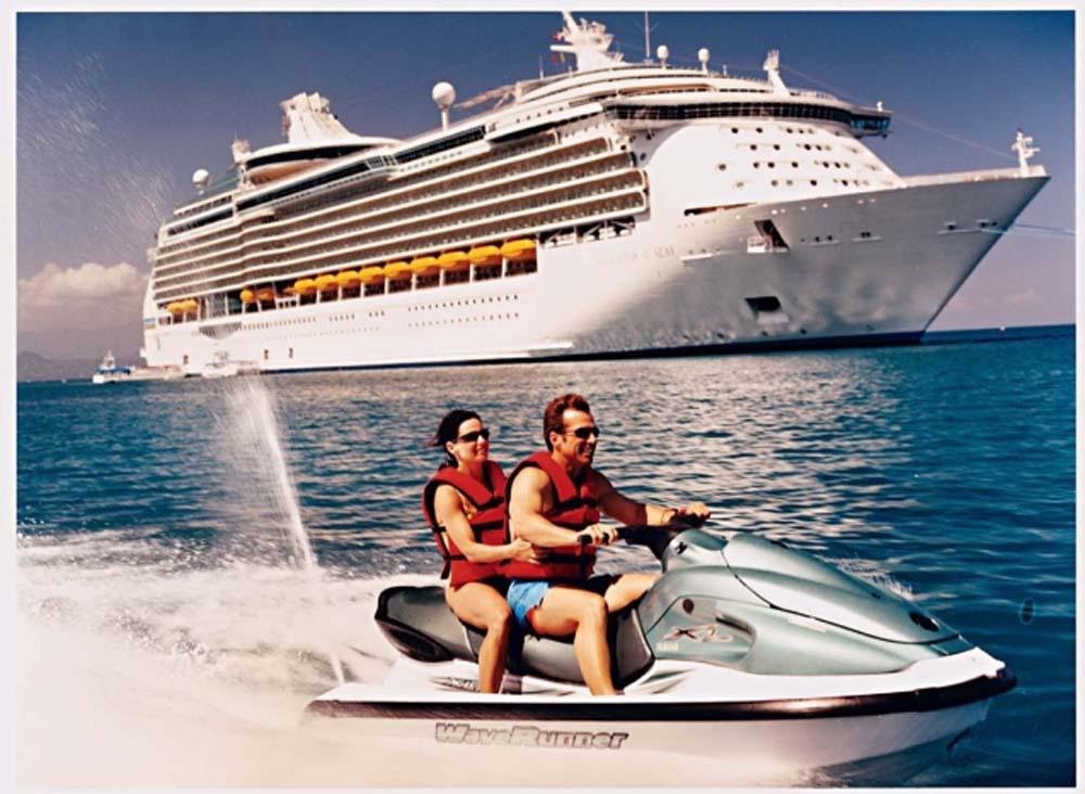 Bermain jet ski merupakan salah satu opsi hiburan di tur cruise.