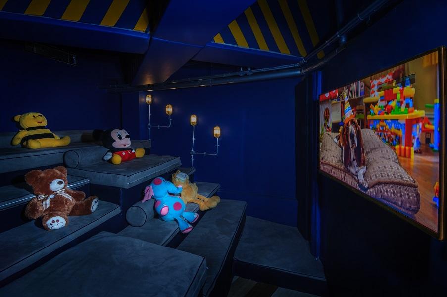 Selain ruang bermain, terdapat juga bioskop mini dengan kursi nyaman.